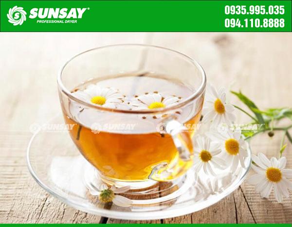Tách trà hoa cúc thơm mát giúp thư thái tinh thần